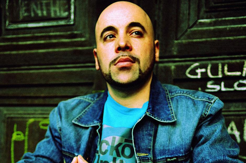 Personnage important dans le développement de la scène rap en Belgique, Akro sort son livre Rap Game le même jour que la réédition de Survivants, un projet de son groupe Starflam fêtant ses vingts ans.